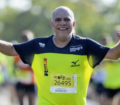 Glaucio Pio em êxtase com sua primeira meia maratona